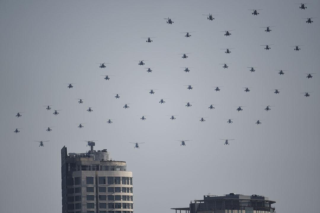 武裝直升機群飛越北京城上空。攝:FRED DUFOUR/AFP