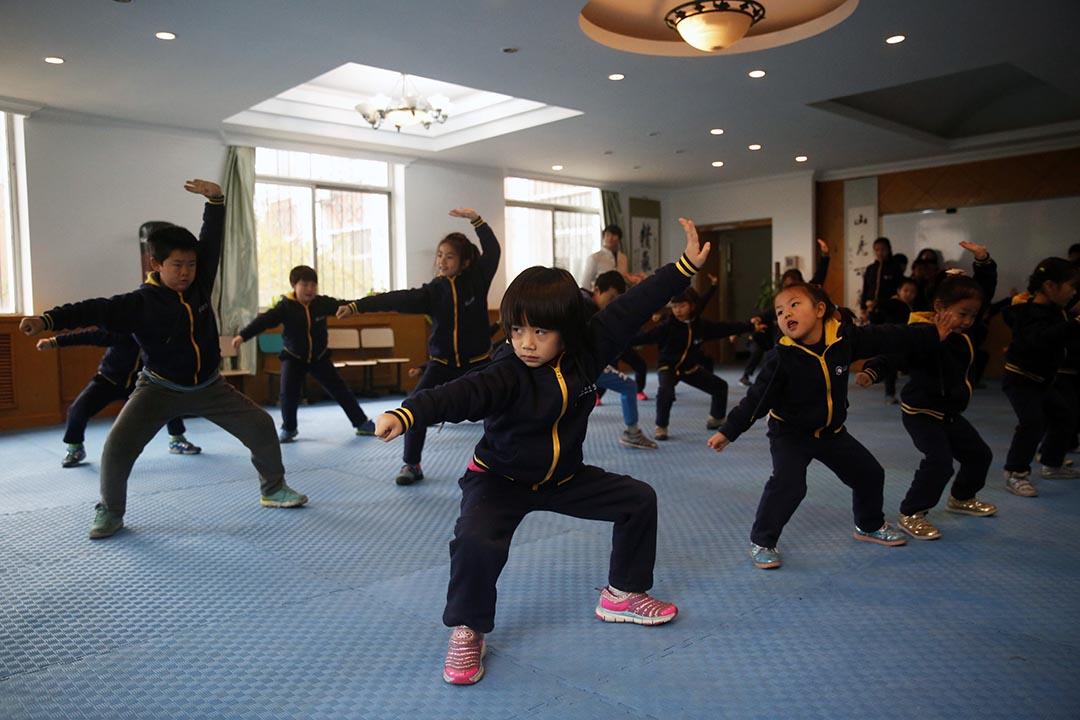 北京臨川育人學校的學生在武術課上進行武術練習。攝:Wu Hao/端傳媒
