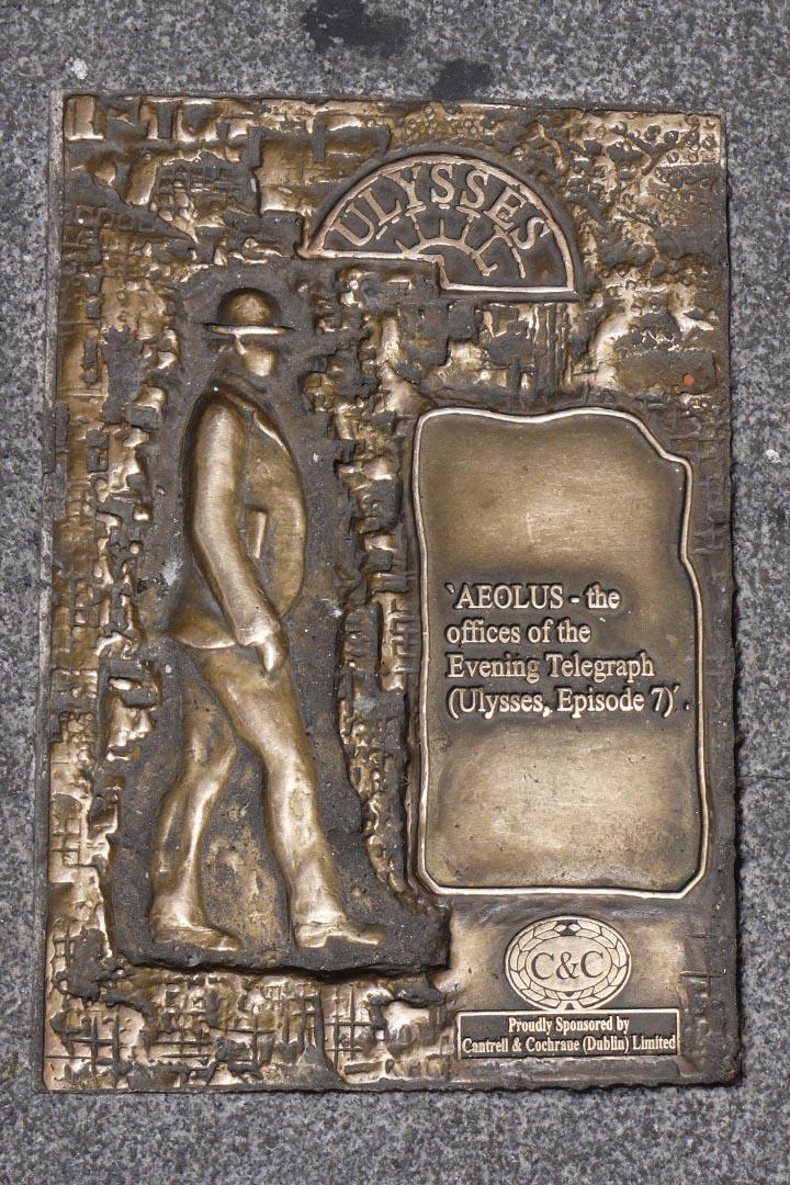 在都柏林老城街道上的黃銅標識:布魯姆日的《尤利西斯》漫遊路線。攝:陳丹燕
