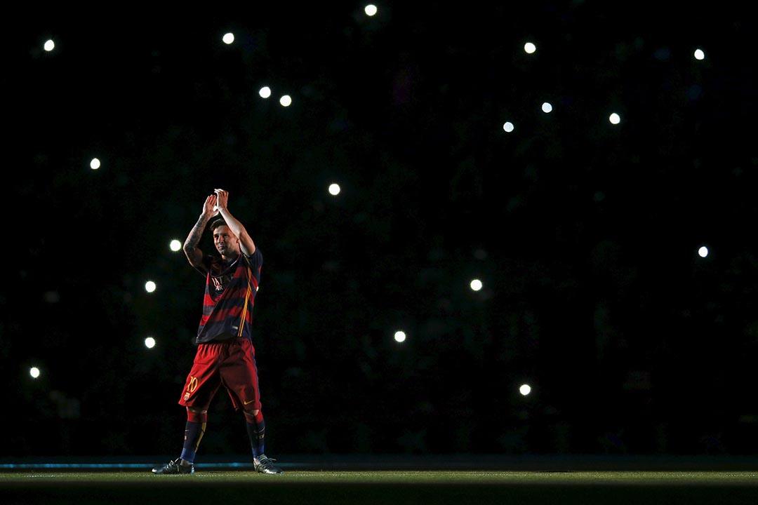 西班牙巴塞隆拿球員美斯在比賽前向球迷揮手。