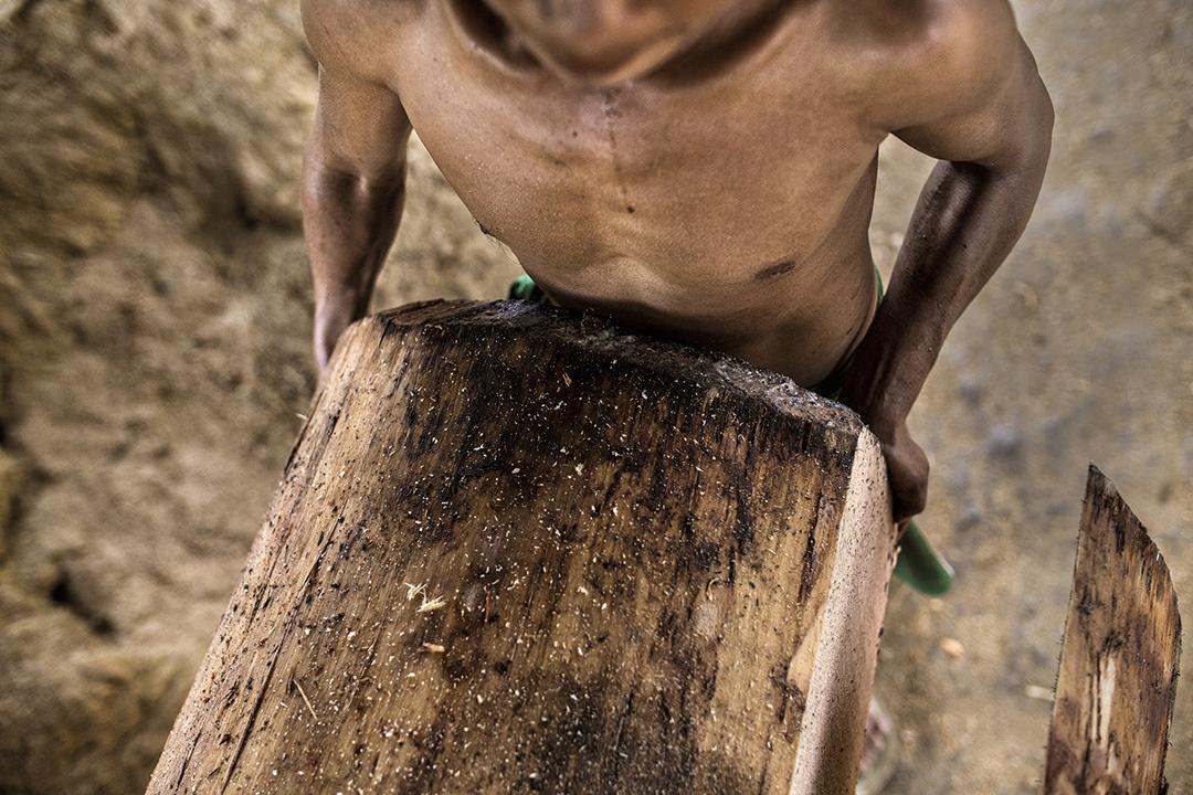 U Win Bo經營的木廠,工人在切割木材。緬甸工人的薪水一般比中國工人低。攝: Minzayar/端傳媒
