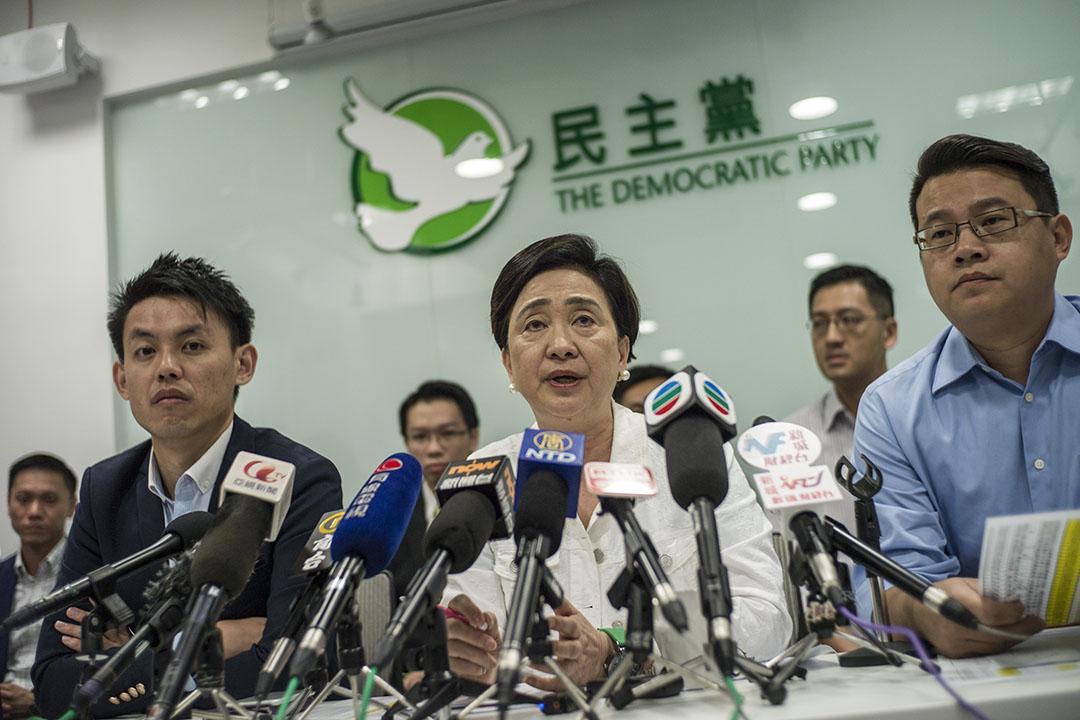 2015年11月23日,香港,民主黨在區議會選舉後舉行記者會,主席劉慧卿在會上發言。攝:葉家豪/端傳媒