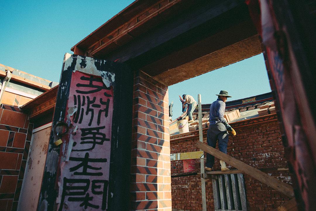 金門工人在修復老房子。攝:王嘉豪/端傳媒