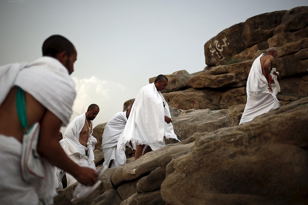 穆斯林朝聖者正在爬上Mount Mercy。攝 : Ahmad Masood/REUTERS