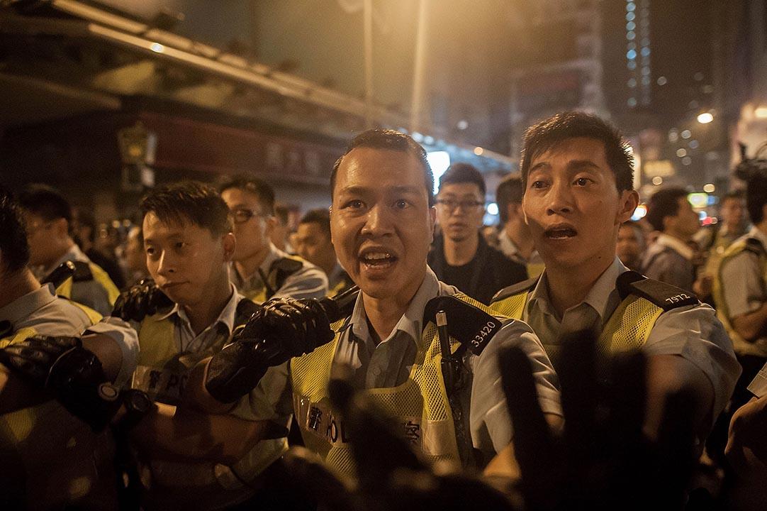梁美儀:警方在佔領運動期間,出動催淚彈、以警棍毆打示威者的手法備受非議,但特區政府高層三番四次對警隊寵幸有加。 攝:Anthony Kwan/Getty Images