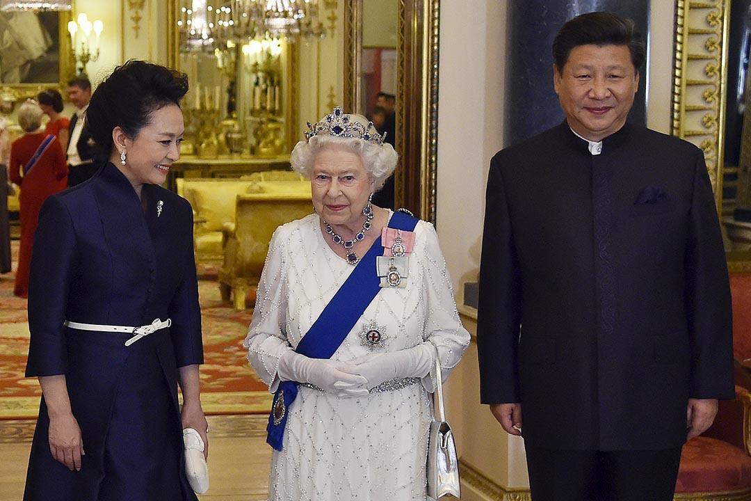 英國女王伊麗莎白二世在白金漢宮跟中國國家主席習近平與妻子彭麗媛見面。攝:Toby Melville/REUTERS