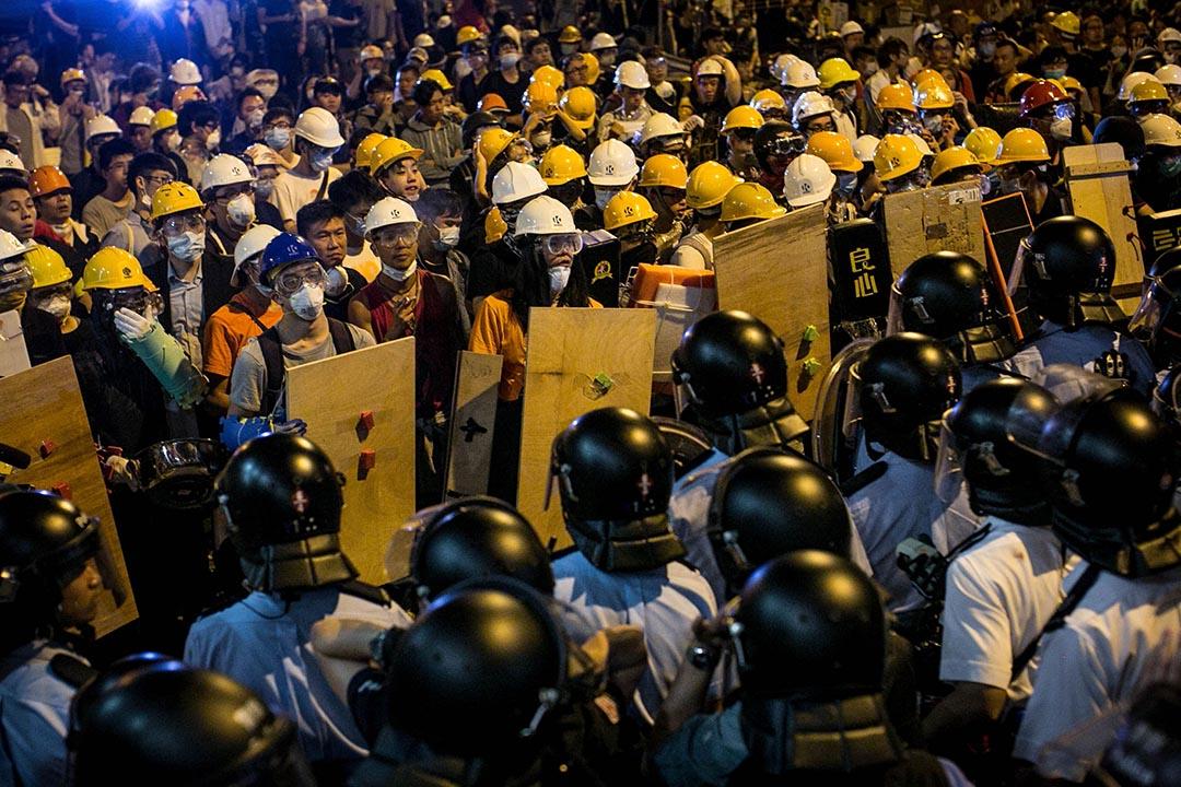2014年11月26日,旺角,示威者穿上保護裝備與警方對峙。 攝:Chris McGrath/Getty