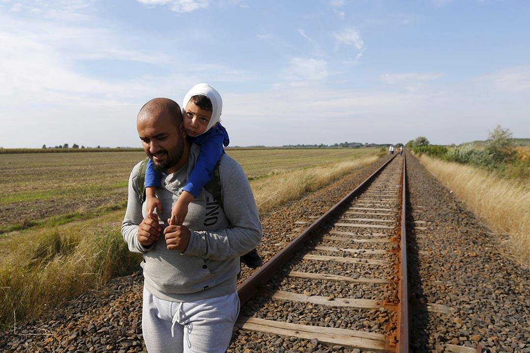 2015年8月25日 匈牙利勒斯凱 敘利亞難民徒步從鐵路的路軌進入匈牙利。攝: Laszlo Balogh /REUTERS
