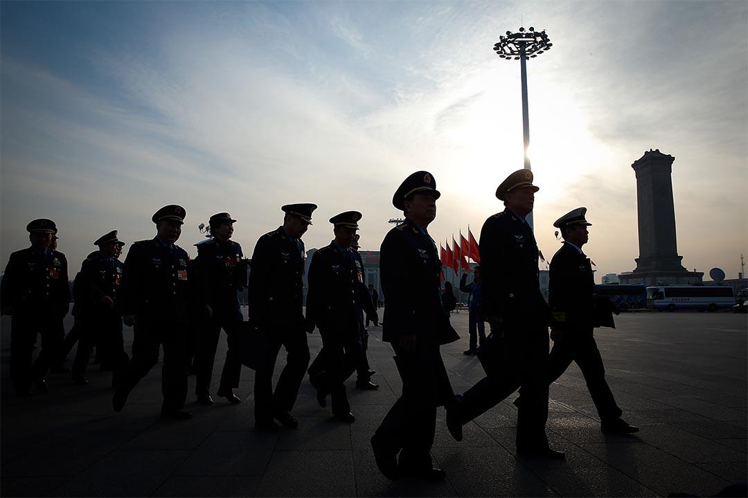 中國軍方代表在人民大會堂前走過。攝:Lintao Zhang/Getty