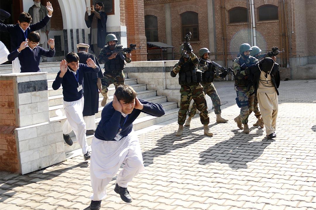 2016年2月2日,巴基斯坦一所學校,小學生進行模擬被武裝分子襲擊演習。攝: Khuram Parvez/REUTERS
