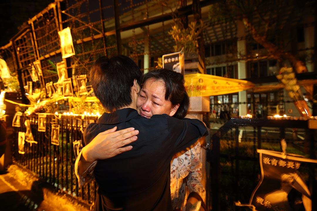 一名女人在參與教育部外集會中痛哭,早前一名反課綱發言學生在家中自殺死亡。攝: 張國耀/端傳媒