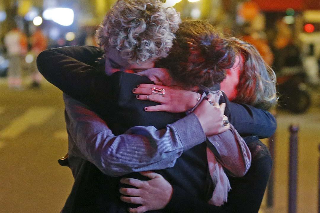 Bataclan 音樂廳附近街道有受驚市民相擁互相安慰。攝:Christian Hartmann/REUTERS