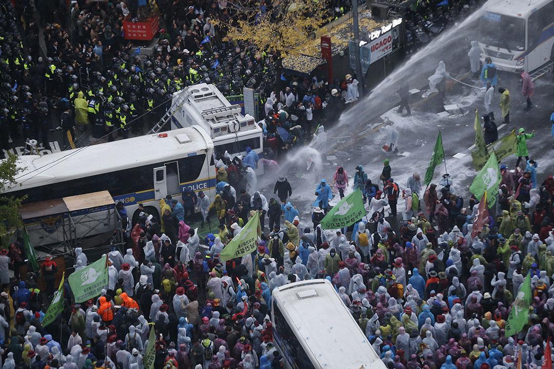 2015年11月14日,韓國首爾,警方向參與反政府遊行的示威者發射水炮。攝:Ahn Young-joon/AP