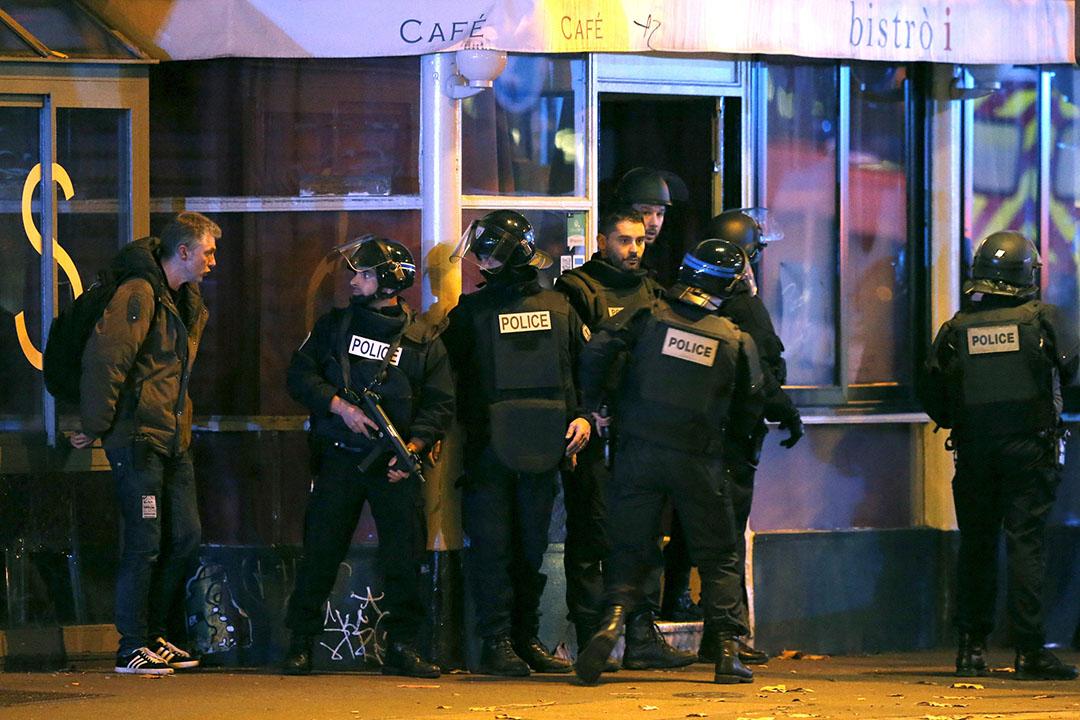 警察在Bataclan音樂廳附近持槍戒備。攝:Christian Hartmann/REUTERS