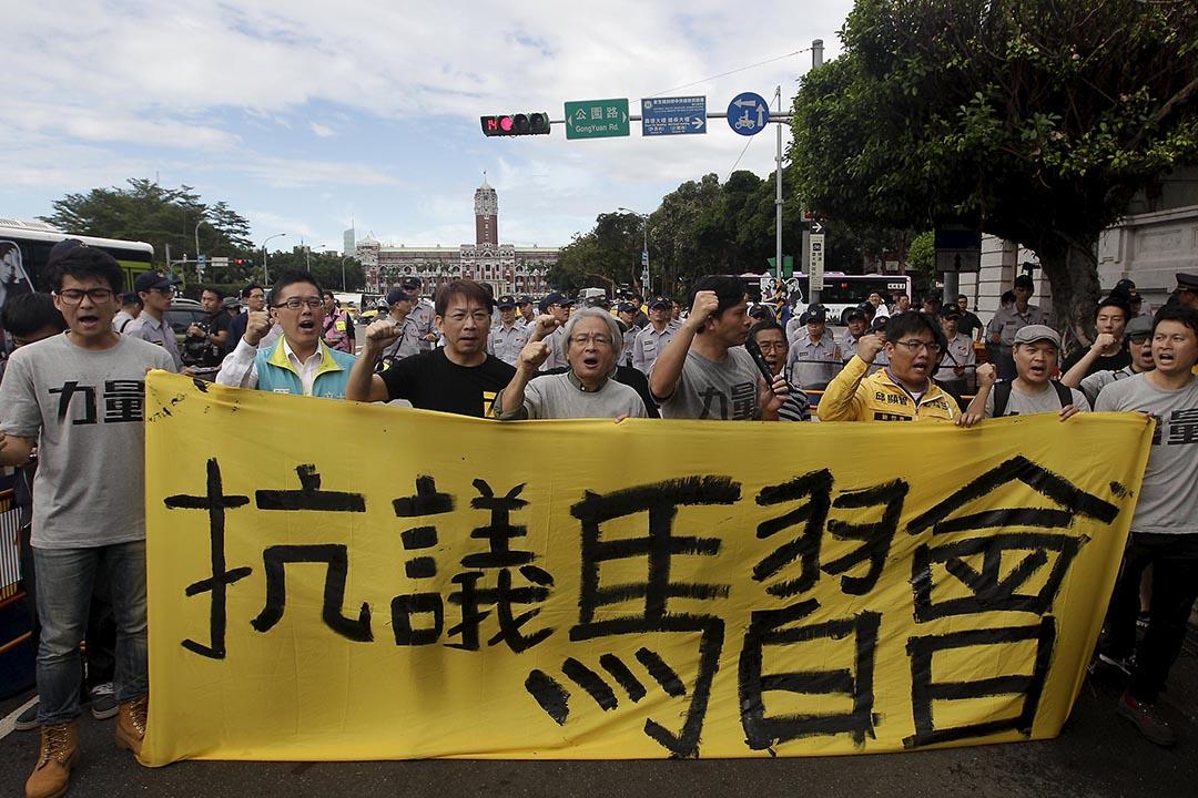 2015年11月4日,台北,有反對「馬習會」的民眾到總統府前示威。攝:Pichi Chuang/REUTERS