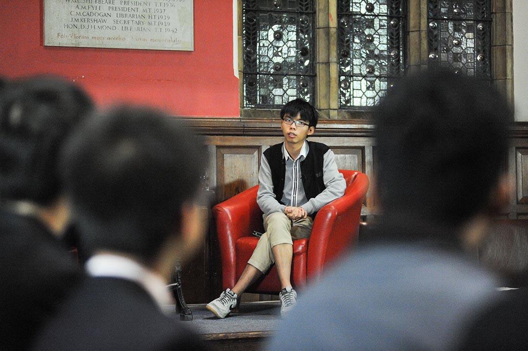 黃之鋒在牛津辯論社(Oxford Union)演講。攝 : Rex Features via AP Images