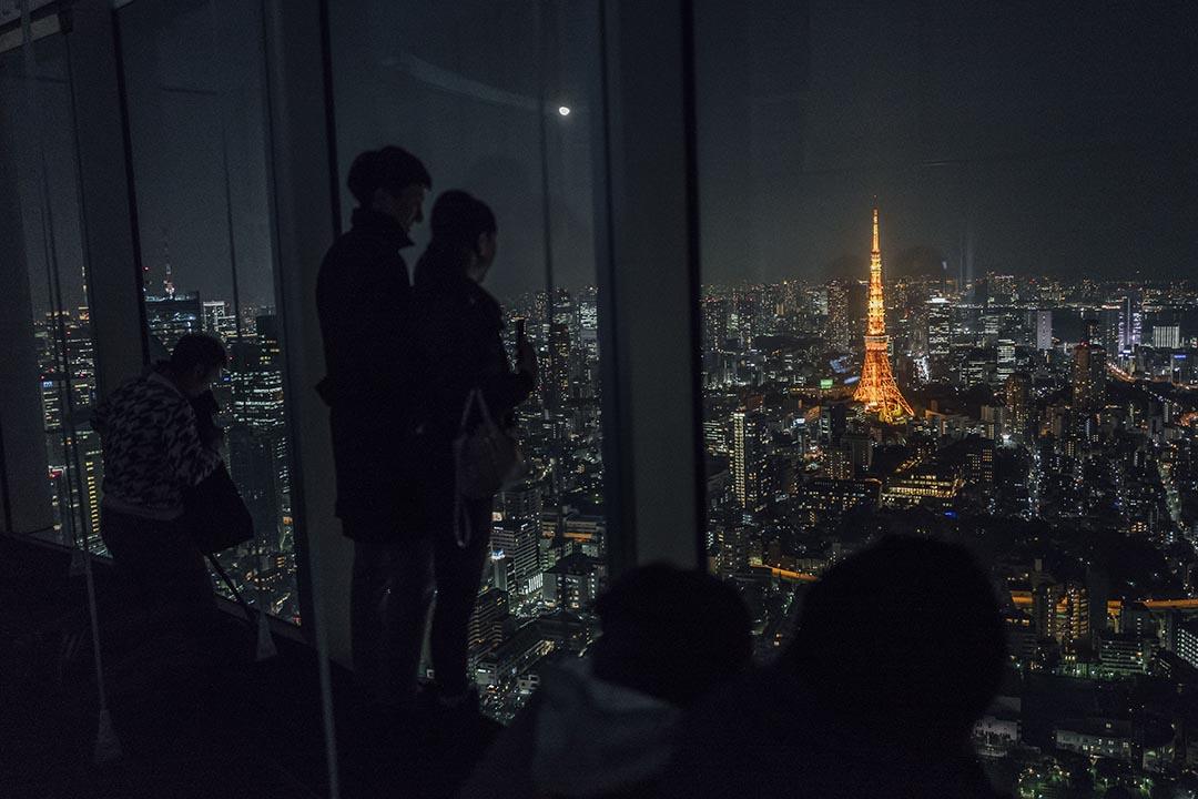 一雙情侶在欣賞東京夜景。攝 : Anthony Kwan/端傳媒