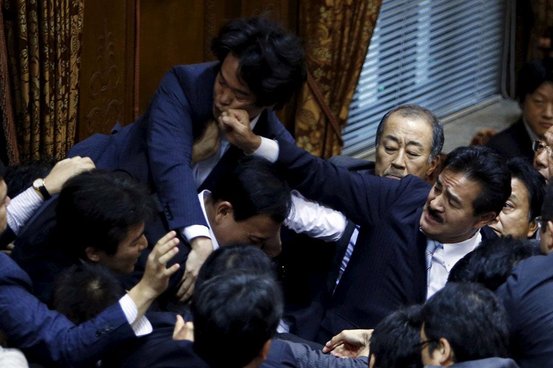 日本參議員在審議安保法會議上扭作一團, 希望可阻至委員長鴻池祥肇通過法案。最終法案在混亂之中獲得通過。攝:Yuya Shino/REUTERS