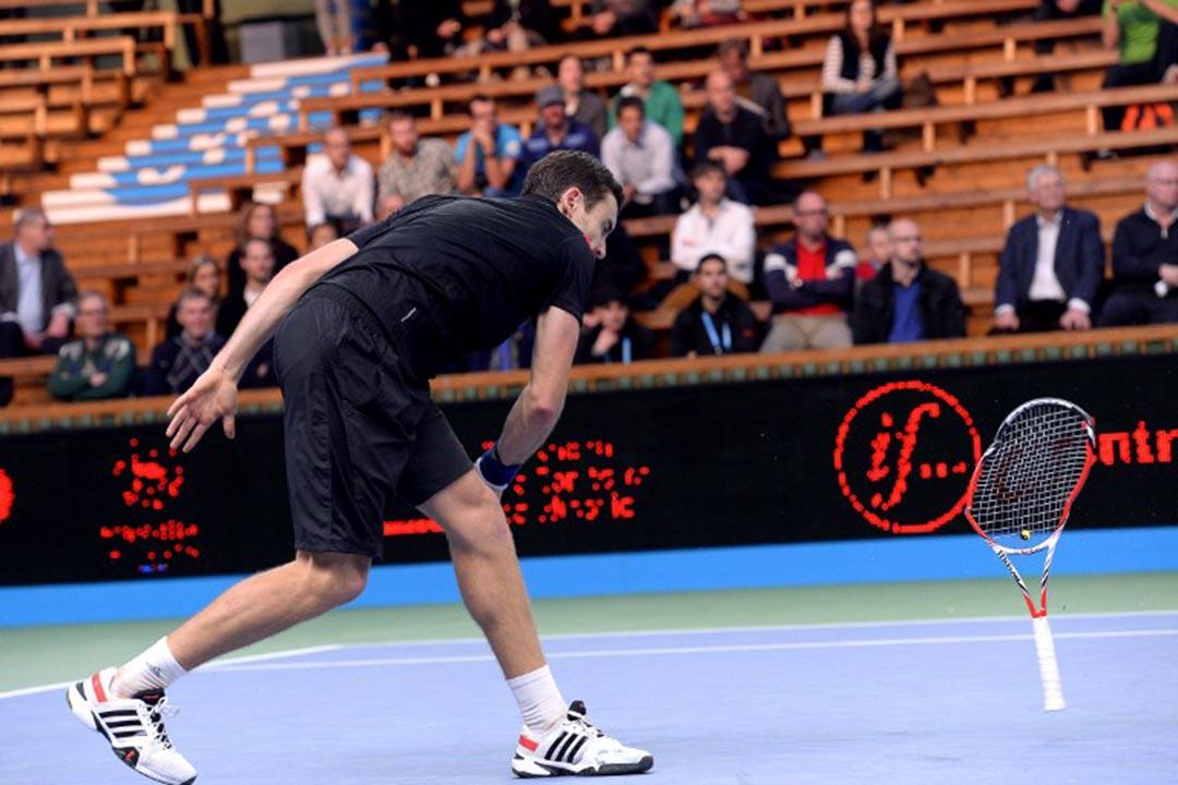 網球比賽中選手扔球拍發洩。攝:JONATHAN NACKSTRAND/AFP