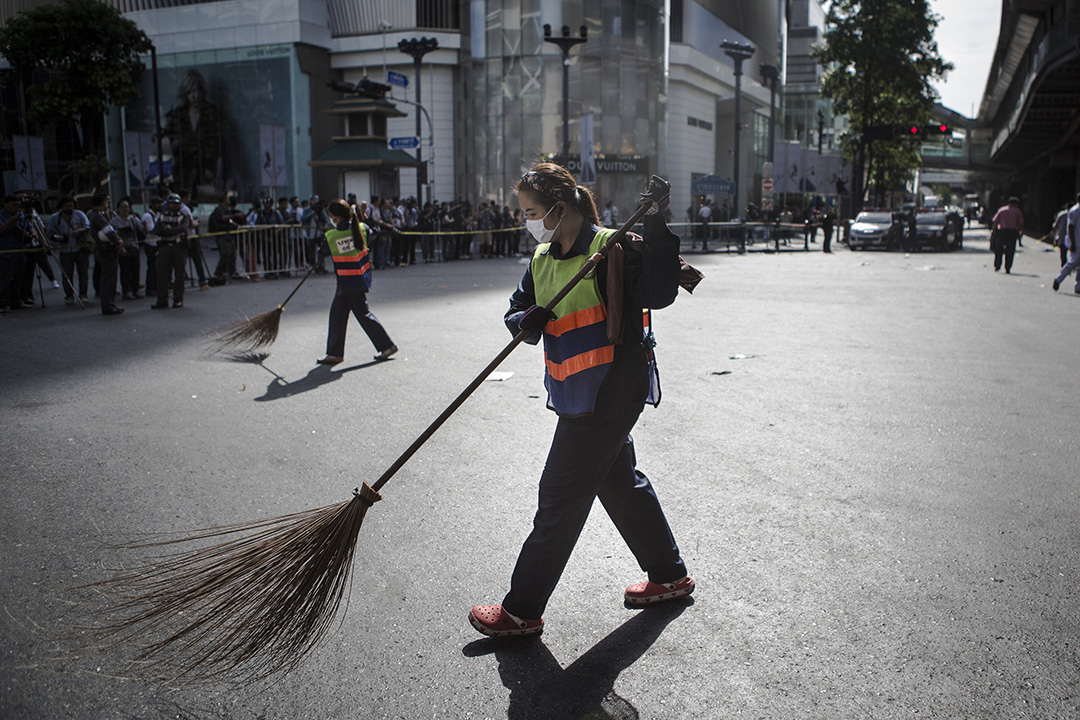 清潔工人清理案發現場一帶的路面。
