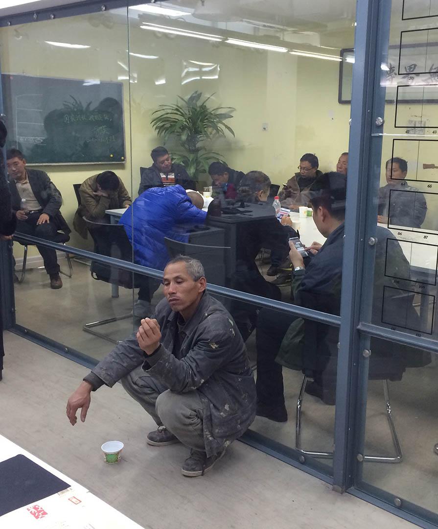 11月10日晚間7點45分的無界新聞編輯部門口和被佔領的採編平台。