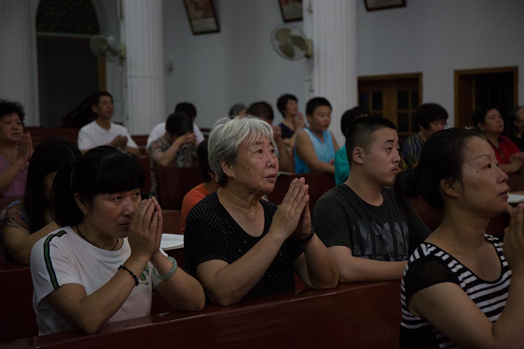 2015年7月18日 教徒在蕭山天主堂聚會。攝: Billy H.C. Kwok/ 端傳媒