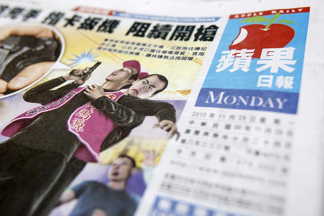 台灣《蘋果日報》2010年11月29日刊登的頭版。攝:Nicky Loh/REUTERS