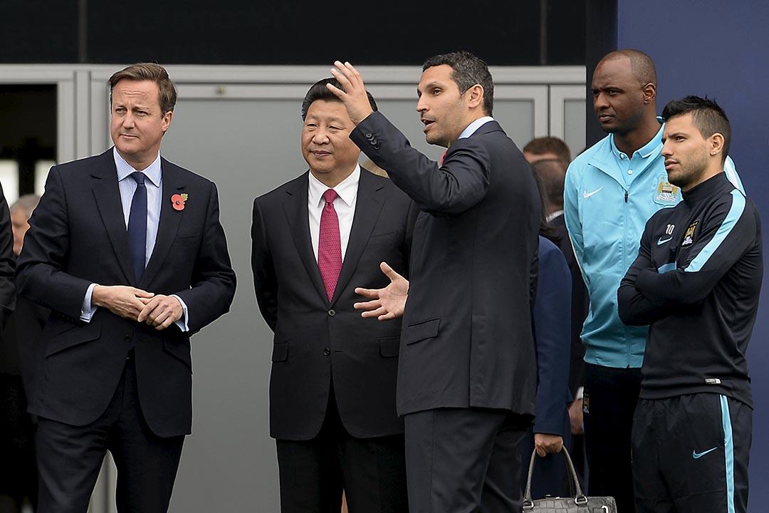 2015年10月23日,英國首相卡梅倫(David Cameron)陪同國家主席習近平一同參觀曼城球會。攝:Joe Giddens/Pool/REUTERS