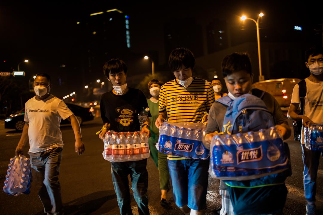 爆炸現場附近的居民擔心食水受污染,搶購瓶裝水。
