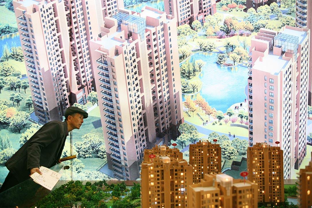 上海一個房地產展覽交易會,到場的市民在觀看樓房的模型。攝:China Photos/Getty