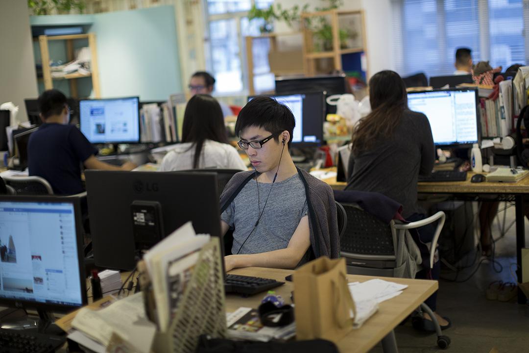 立場新聞現時有16名全職職員,每月營運成本為50萬,廣告只能相抵約三分一開支。攝:Jerome Favre/端傳媒