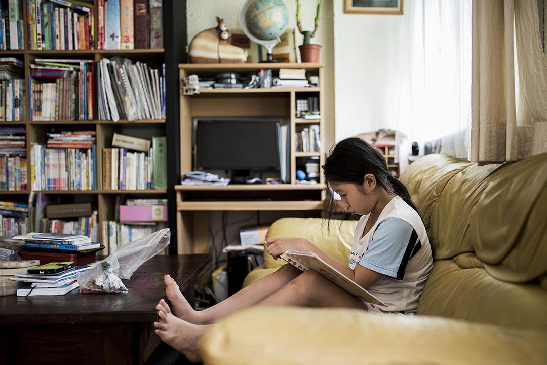負責檢討TSA的基本能力評估及評估素養統籌委員會,建議教育局明年全面推行小三TSA。圖為學童在家中溫習TSA試題。
