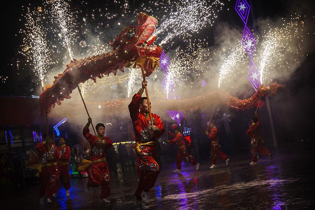 武師在一個慶祝農曆新年活動中舞動一條龍。攝 : Kevin Frayer/GETTY