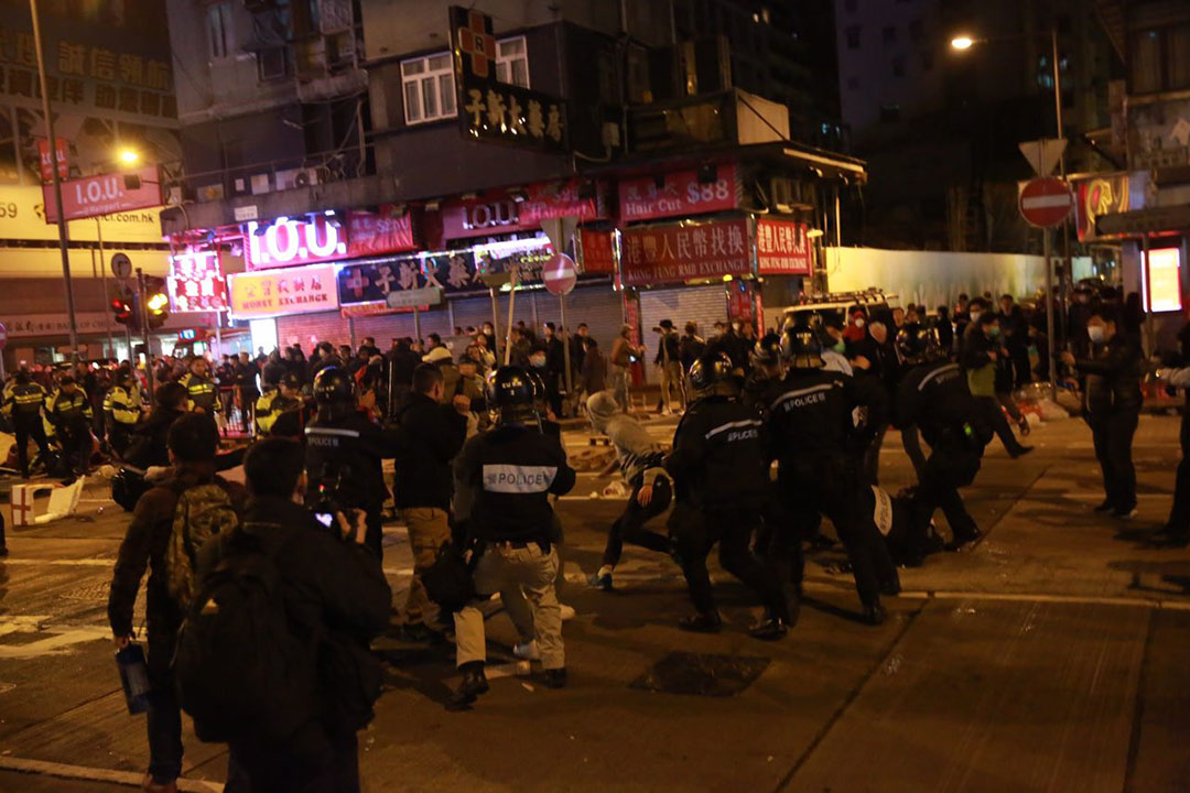 2016年2月9日,旺角,凌晨二時,警員在亞皆老街馬路拘捕一名示威者。攝:Billy H.C. Kwok/端傳媒