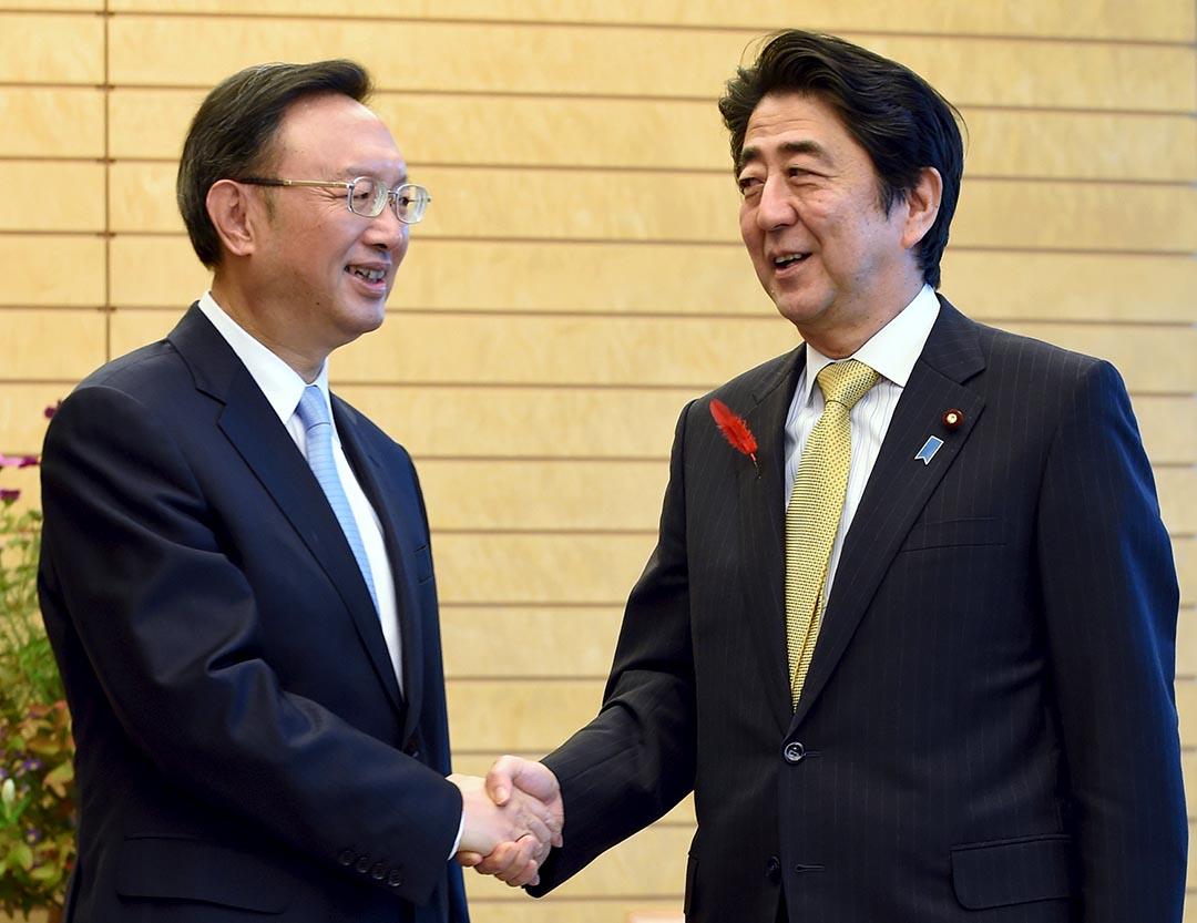 中國國務委員楊潔篪與日本首相安倍晉三會面。攝 : Toshifumi Kitamura/Pool/REUTERS
