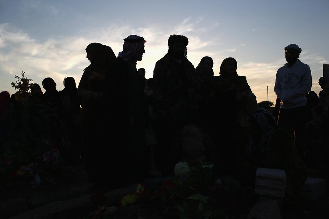 2015年11月12日,敘利亞,在對抗ISIS的戰爭陣亡的戰士被葬於烈士墓園,死者的家人到墓園悼念。攝:John Moore/GETTY