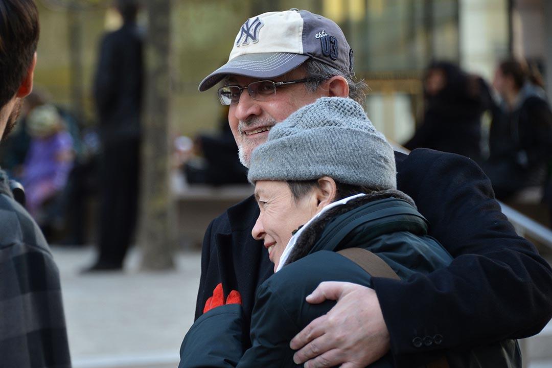 2013年11月14,美國紐約,拉什迪(左)與樂手Lou Reed的女友參與在林肯中心舉行的Lou Reed悼念儀式。攝:Slaven Vlasic/GETTY