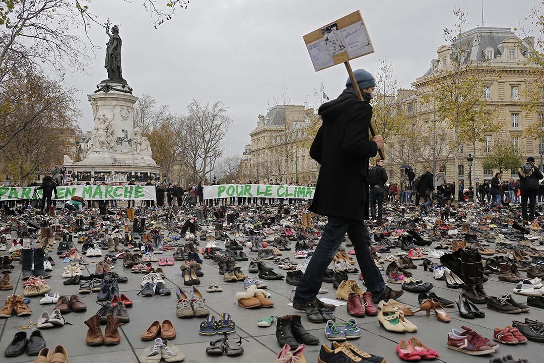 2015年11月29日,法國巴黎,正舉行氣候峰會的巴黎在恐襲後進入緊急狀態,環保組織籌備的示威被取消,有團體在市中心的廣場上放置象徵遊行的鞋子表達對氣候變化的關注。攝:Laurent Cipriani/AP Photo