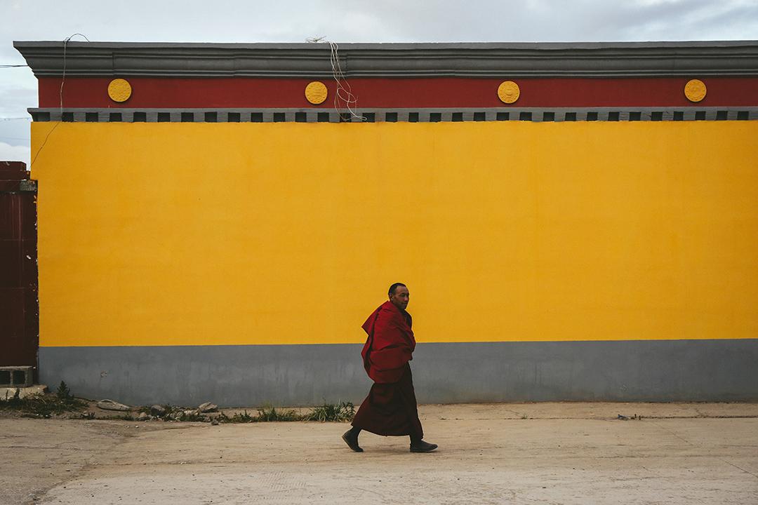 一名喇嘛在治多縣街道上走過。攝 : 王嘉豪/端傳媒