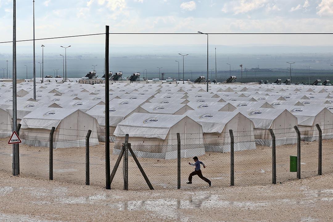 一個男孩在土耳其 Suruc 難民營旁奔跑。攝 : Carl Court/Getty Images
