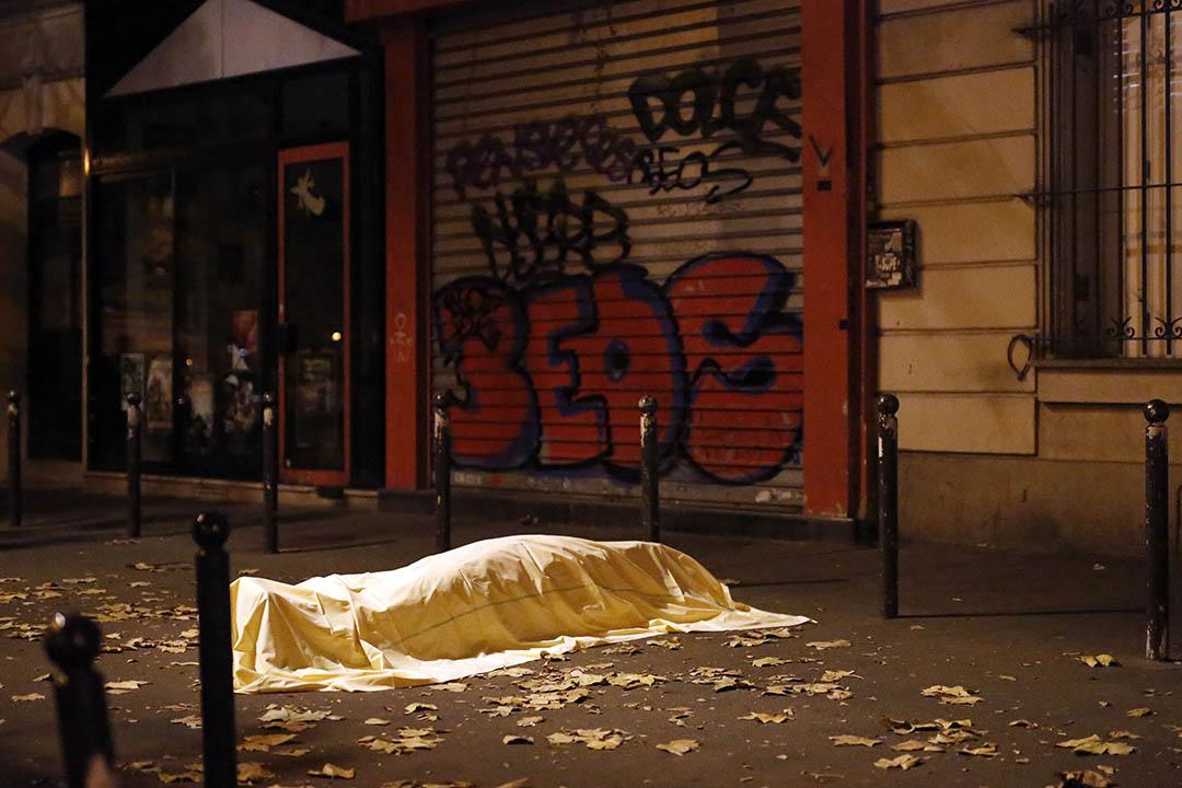 2015年11月13日,巴黎發生連環襲擊,圖為遇難者屍體在Bataclan劇院外的街道上。攝:Jerome Delay/AP Photo