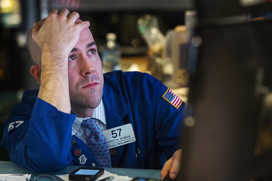 證券交易員在紐約證券交易所查看股價。攝: Lucas Jackson/ Reuters