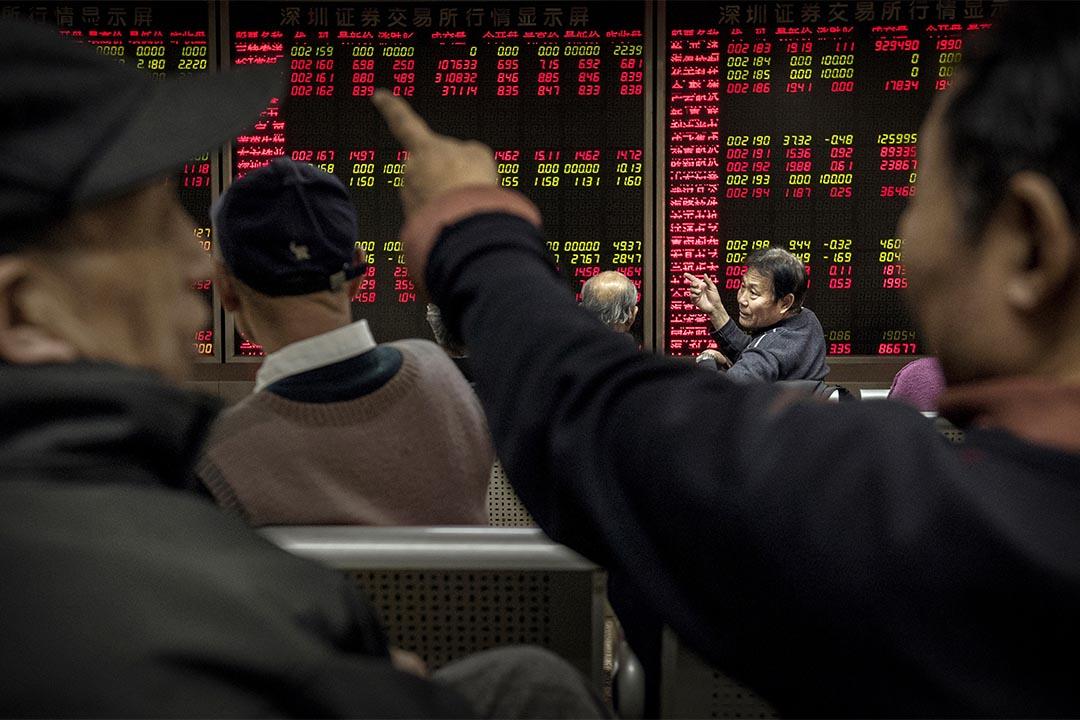 2015年1月,市民在北京的一間的經紀公司觀看股票行情。攝:Kevin Frayer/GETTY