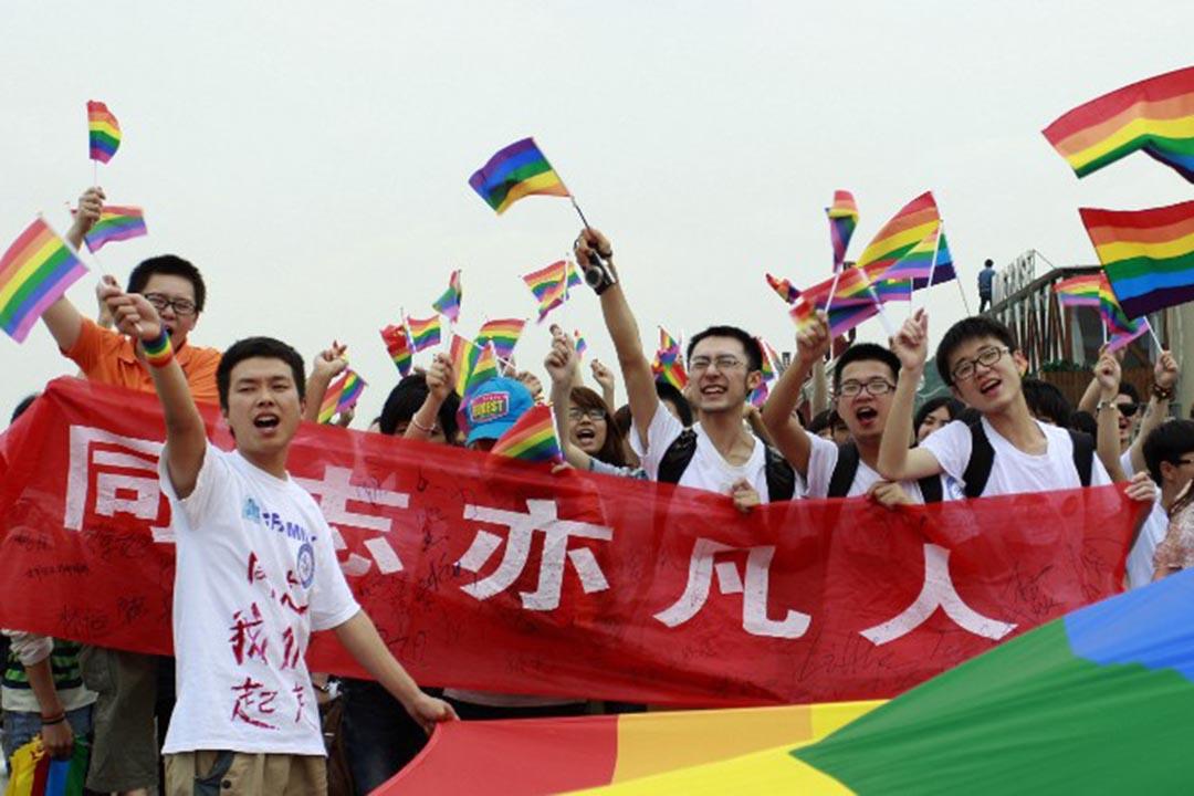 湖南省長沙反歧視遊行,參加者舉起彩虹旗以示支持同性戀者。 AFP AFP