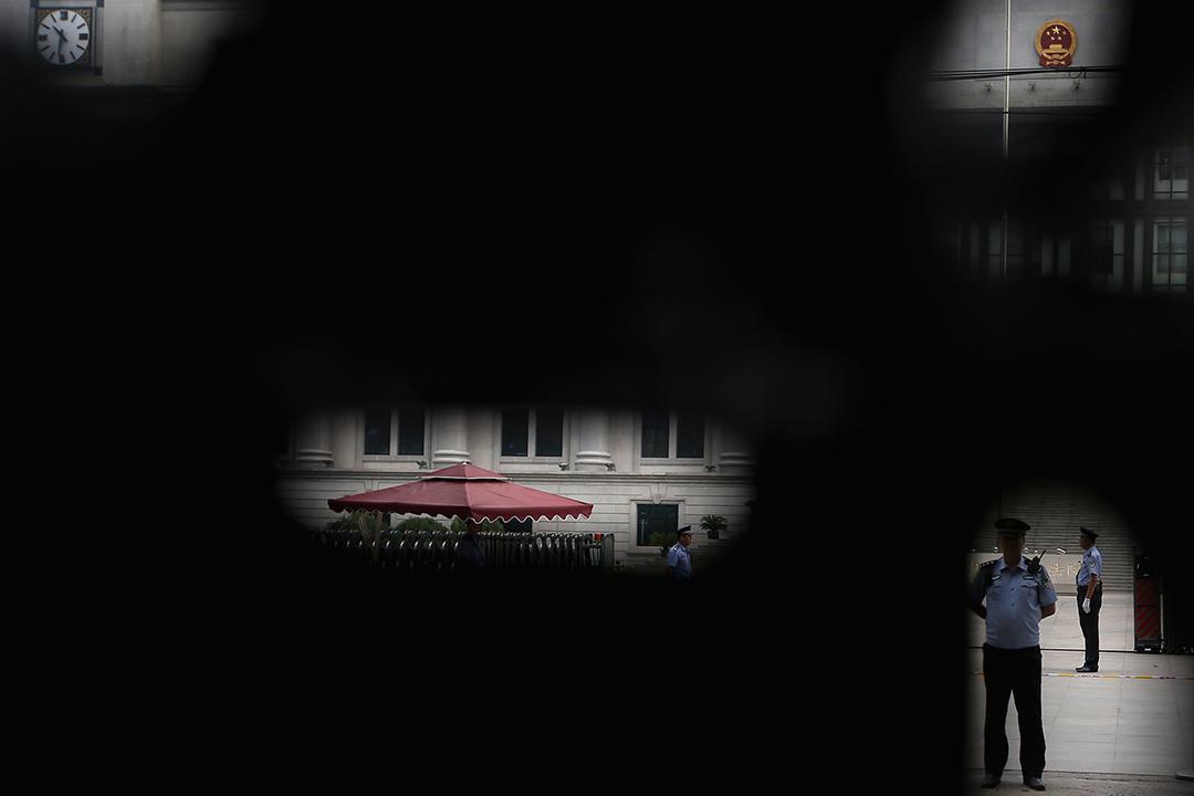 前中共政治局委員薄熙來因貪污受審,公安在審理案件的濟南中級人民法院外把守。攝:Feng Li/GETTY