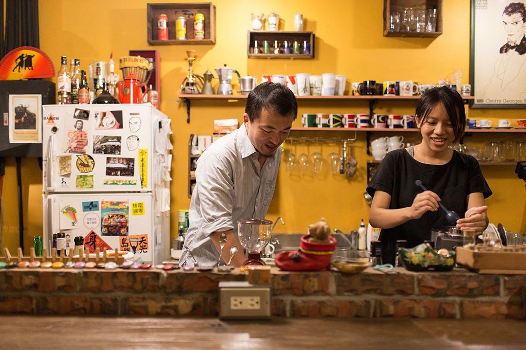 店主阿勇和店員彥竹在關店前做例行清理,明天又是乾淨的開始。攝:張國耀/端傳媒