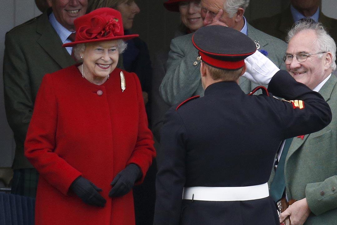 2015年9月5日,英國女王伊利沙伯二世(Elizabeth II)在蘇格蘭參加聚會頒獎。攝:Russell Cheyne/REUTERS