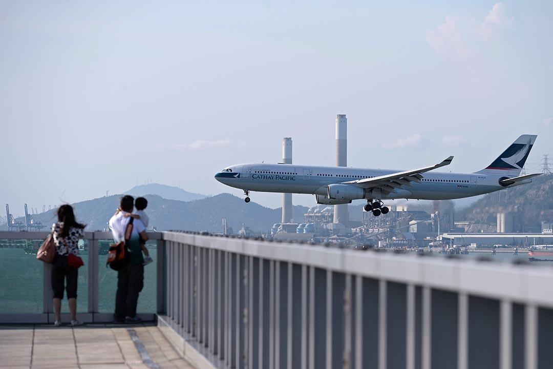 7月28日凌晨,6名大陸遊客因飛機延誤而與香港機場地勤人員發生肢體衝突。圖為旅客在香港國際機場觀看飛機升降。 攝: Dale De La Rey/AFP