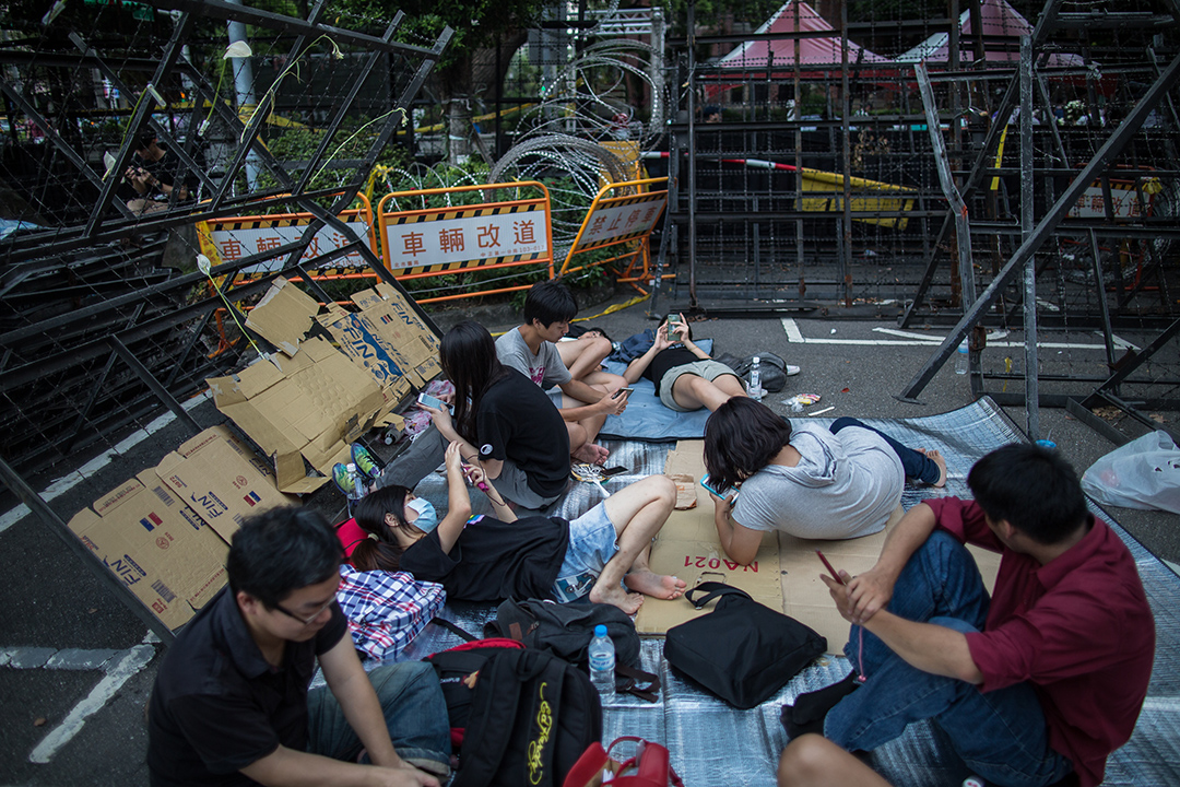 民眾於教育部外聚集。攝: Billy H.C. Kwok/ 端傳媒
