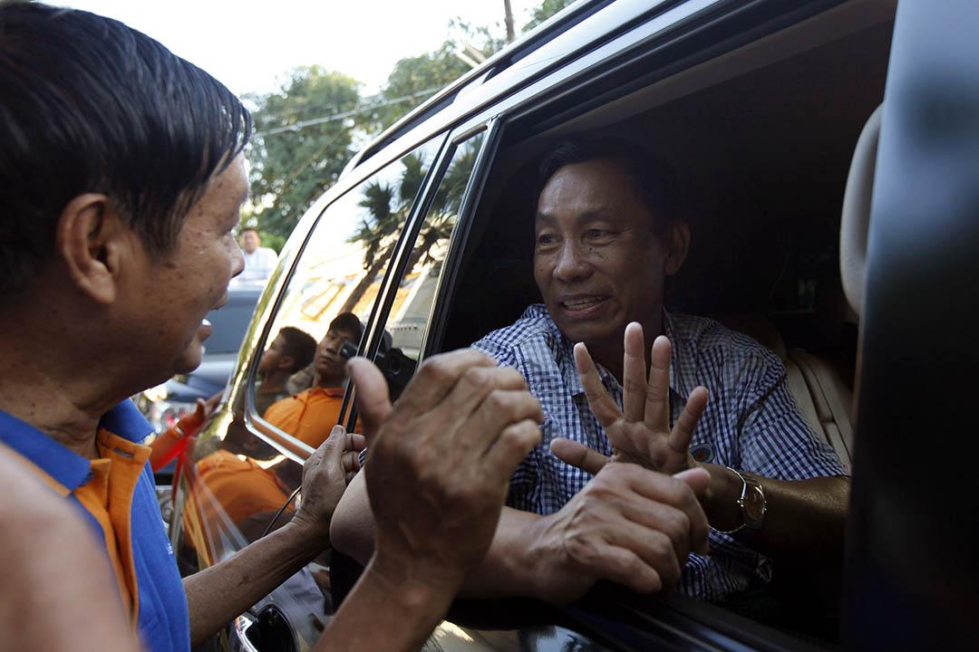 2015年11月4日,緬甸,緬甸人民院議長瑞曼在大選前的拉票活動中向支持者揮手。攝:Aung Shine Oo